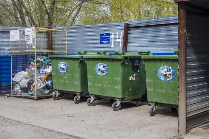 Мусорные контейнеры, в один из которых —крайний справа —мама и засунула свою дочь