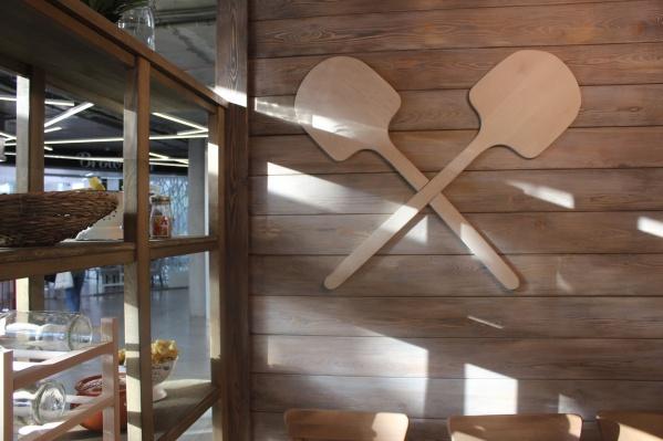Стены в заведении украшены декоративными лопатами для пиццы и скалками. Фото Стаса Соколова