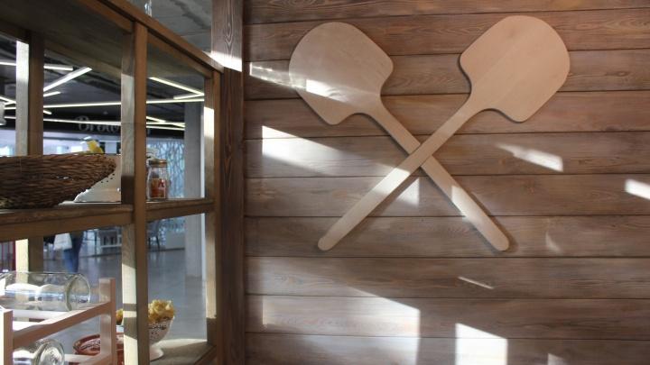 Повар открыл на «Студенческой» итальянское кафе с лопатами на стенах
