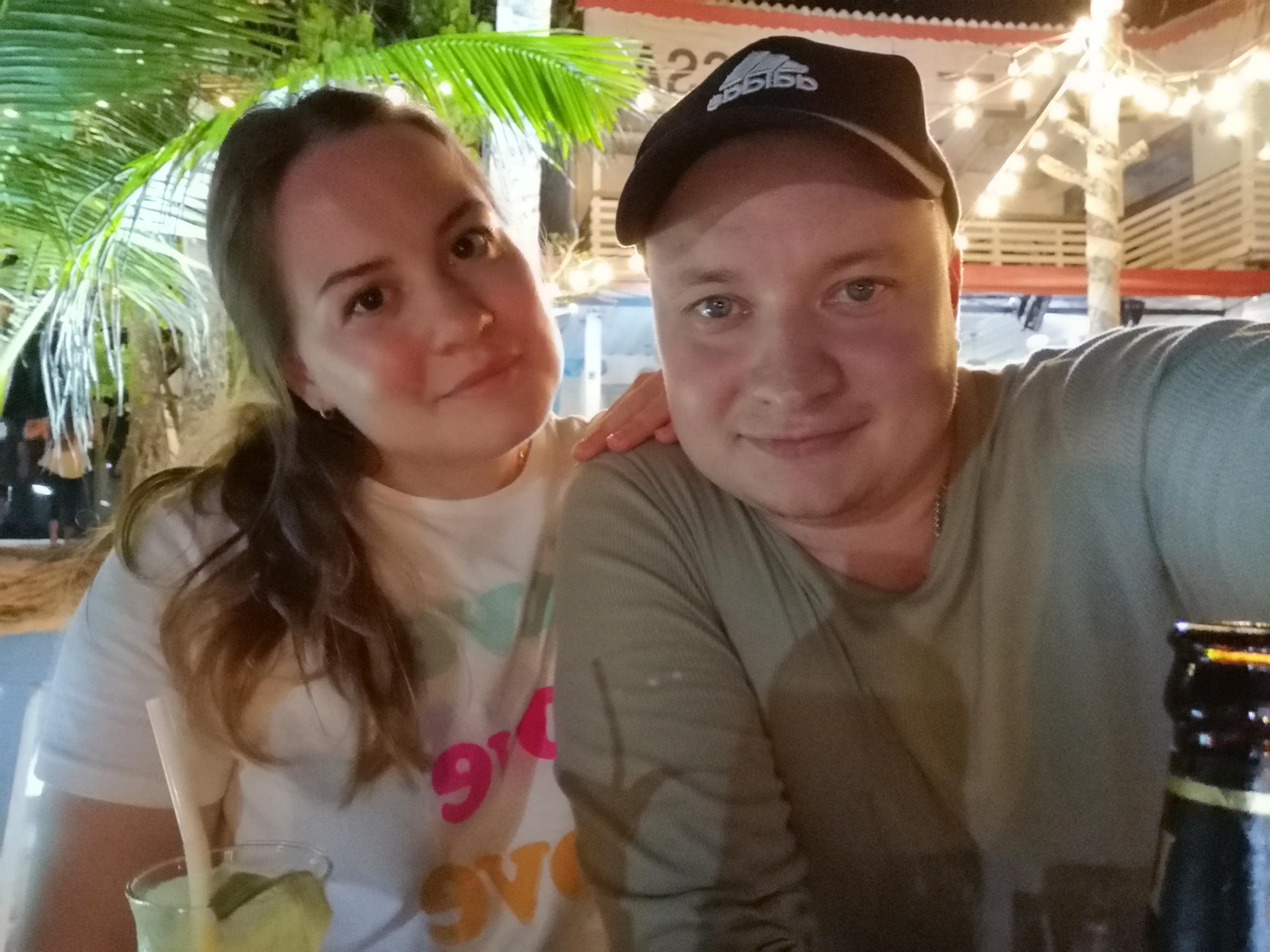 Довольные и счастливые, потому что празднуют 3,5 года жизни в браке. Поздравляем!
