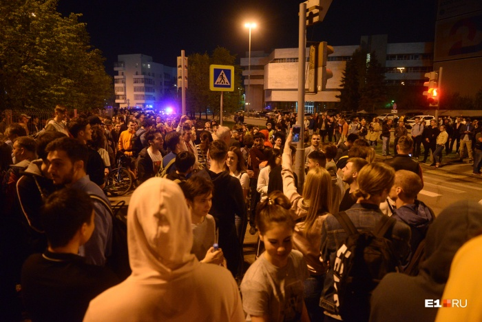 AssociatedPressнаписало про сотни протестующих, а BBC News — про тысячи