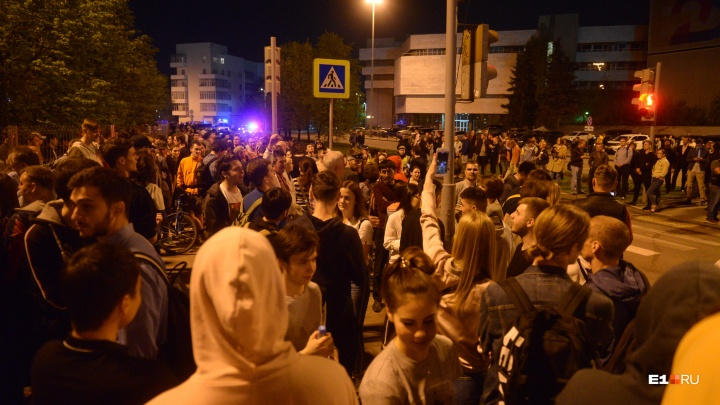 «Вокруг забора образовали живую цепь»: как мировые СМИ описывали акцию в сквере Екатеринбурга