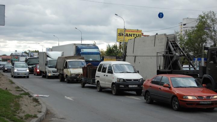 На Немировича-Данченко собралась 7-балльная пробка: рядом с Коммунальным мостом авария