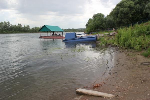 Мужчина упал в воду из-за разрыва тромба в голове