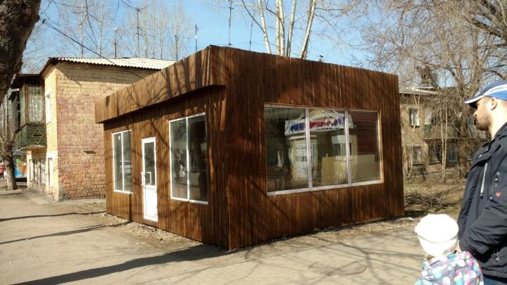 «Перекрыли солнечный свет»: павильон в Черемушках поставили перед окнами жилого дома