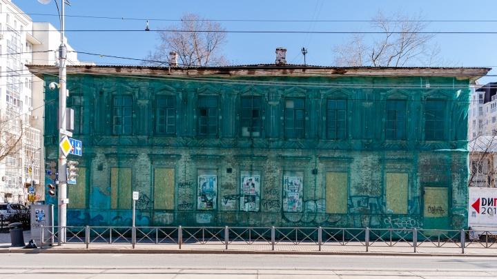 Карта позора Перми. Двухэтажка на перекрестке Ленина и Островского превратилось в доску объявлений