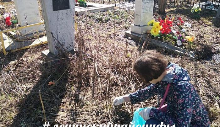 В Уфе волонтеры очистили от мусора могилы ветеранов Великой Отечественной