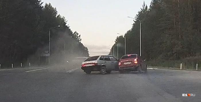 По словам очевидицы, виноваты все трое: ВАЗ выезжал на главную дорогу и не пропустил два других автомобиля, которые явно превышали скорость