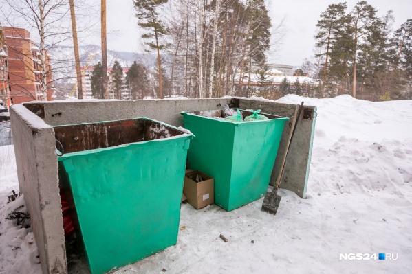 Пустые баки во дворах в эти дни — большая редкость на левом берегу Красноярска