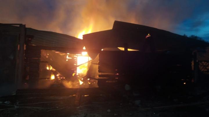 Многодетная семья с четырьмя детьми осталась на улице: в Берёзовском сгорел большой частный дом