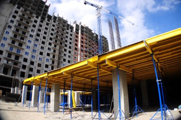 На площадке работает более 300 человек, чтобы ускорить строительство дома