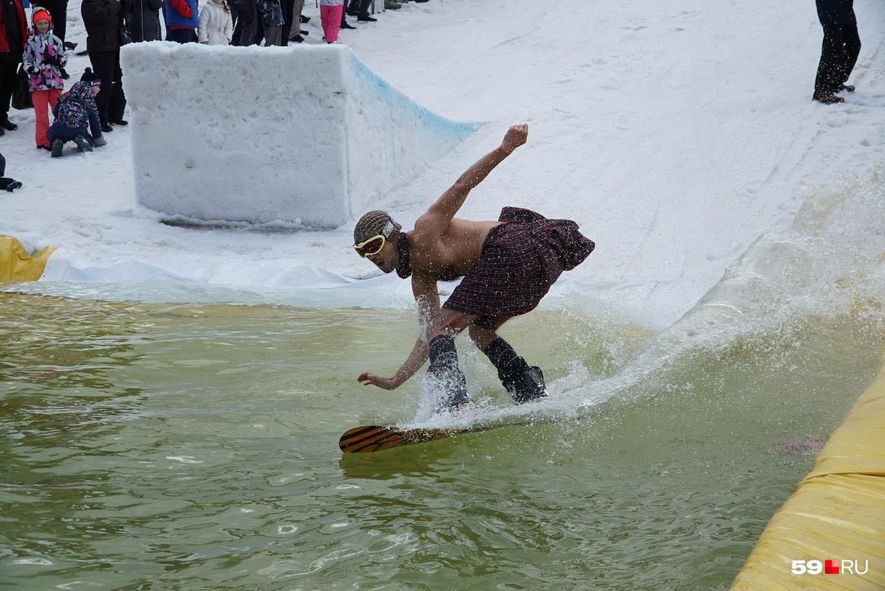 Мужчина в шотландском килте, к сожалению, упал на борт бассейна. Зрители увидели, что у него российский вариант килта — под ним была поддета одежда