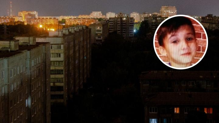 Пропавший 12-летний мальчик выпрыгнул из окна своей квартиры в одних носках