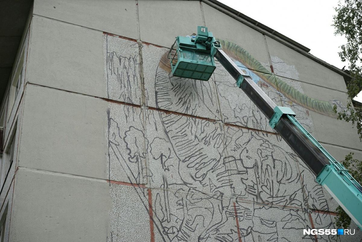 ВОмске живописцы нарисовали огромного динозавра настене пятиэтажки