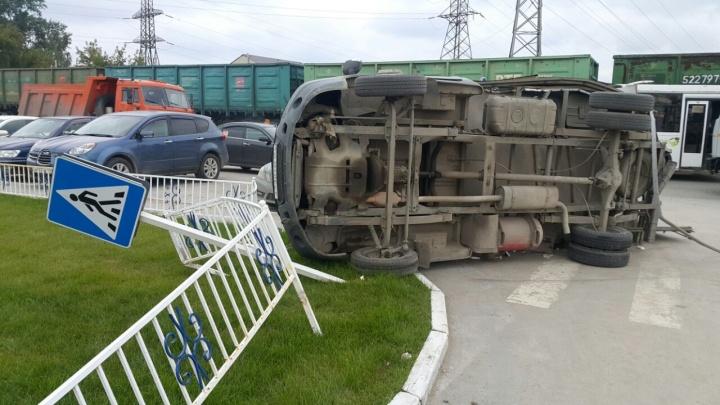 Грузовик опрокинул на бок «ГАЗель» после ДТП в Ленинском районе