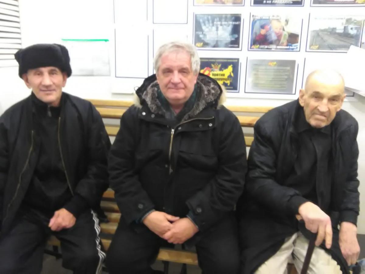 Слева «бандит из 90-х» Леня Медведев. Был приговорен к пожизненному заключению. Его освободили из-за смертельной болезни и приютили в Транзитном переулке. На фото он с правозащитником (в середине) и другим заключенным (также смертельно больным)