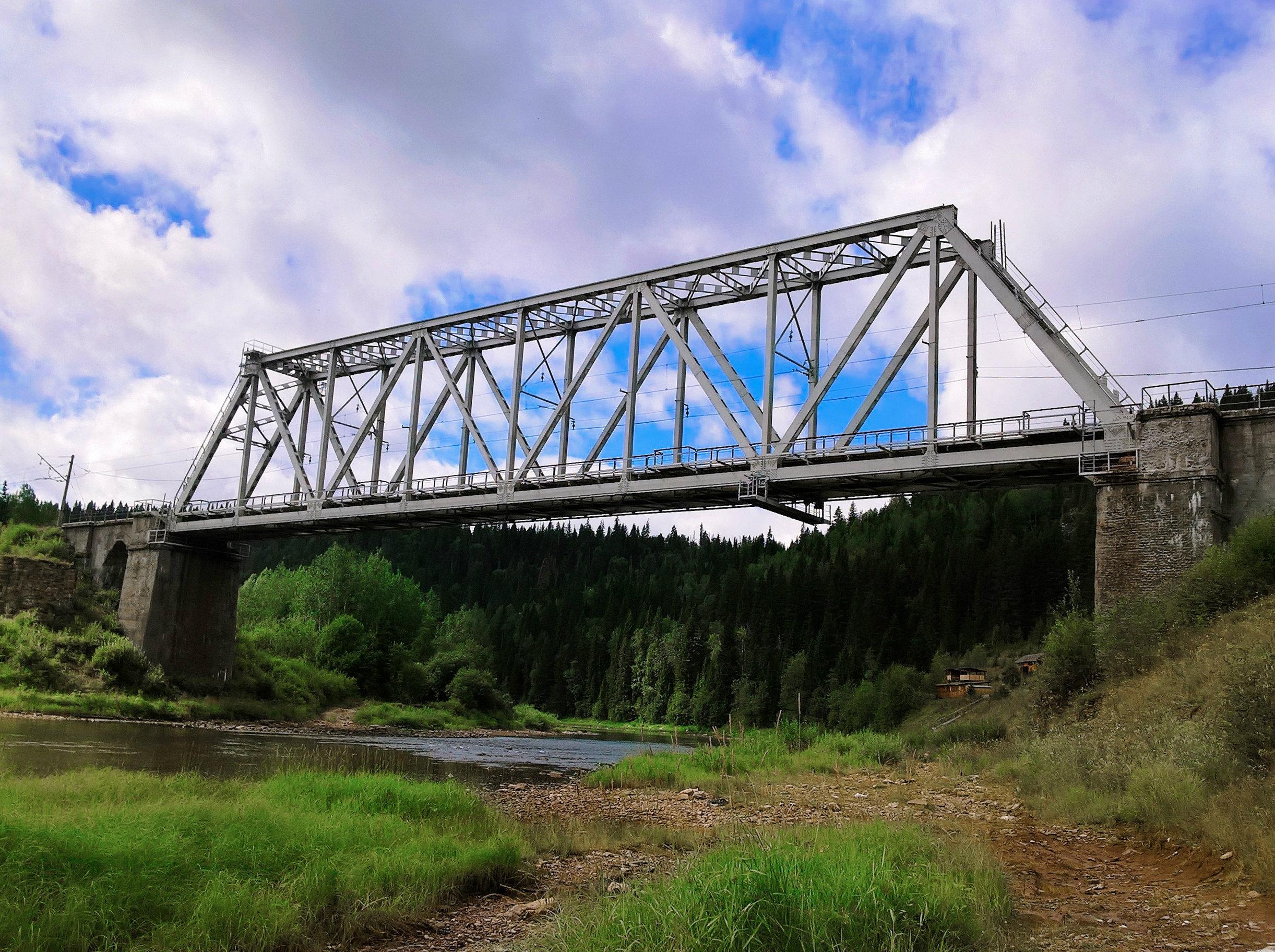 Дорога к столбам проходит через железнодорожный мост