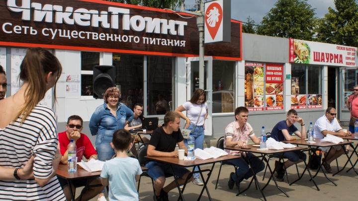 «Жуй скорей!»: в Челябинске состоялся чемпионат по поеданию шаурмы