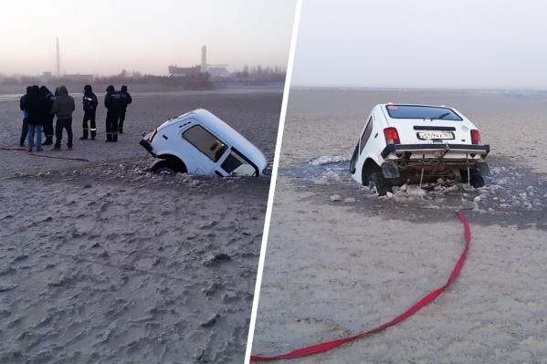Хозяину «Нивы» пришлось звать на помощь знакомых, чтобы вытащить автомобиль