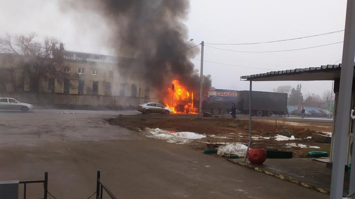 «Приходится разворачиваться»: загоревшаяся рядом с Ворошиловским кладбищем фура парализовала дорогу