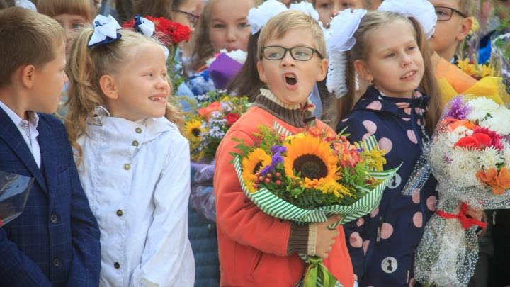 Зевают и грустят: лучшие фотографии первоклашек с праздничных линеек