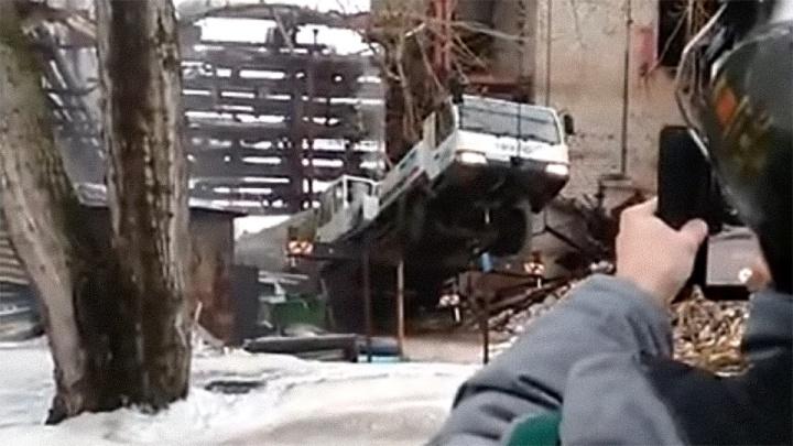 В Березниках во время разбора конструкций рухнул автокран. Видео