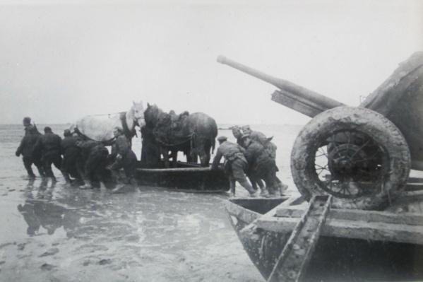 Крым освободили от немецких войск 75 лет назад. Теперь документы, касающиеся этой темы, начали рассекречивать.<br><br>На фото: Красная Армия переправляется через Сиваш, декабрь 1943 года