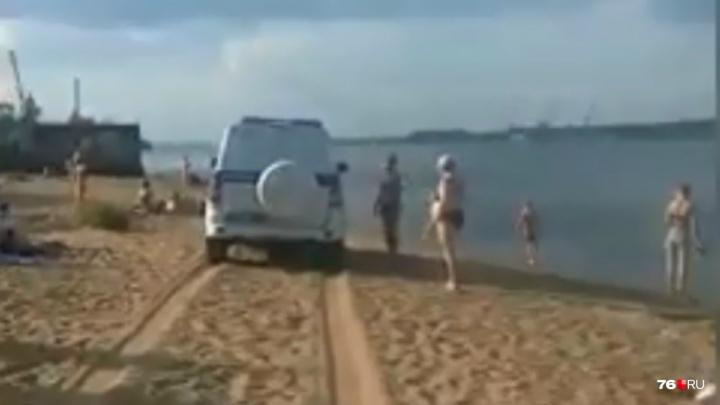Полицейские объяснили, зачем гоняли на служебной машине по пляжу в Ярославле