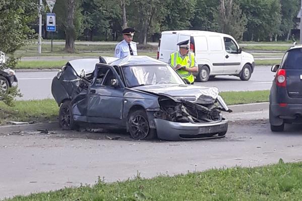 После двух ударов о деревья автомобиль был полностью разбит