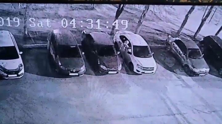 Разбил окно и вытащил ценности: в Зубчаниновке ищут автовора