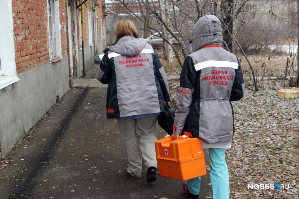 В городе жители могут вызвать «скорую», и к ним приедут специалисты с медицинским образованием, в деревнях же помощь оказывают волонтёры, которые прошли обучение