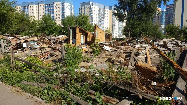 Вместо парка у «Белых рос» образовалась свалка с досками и разломанной мебелью от снесённых бараков