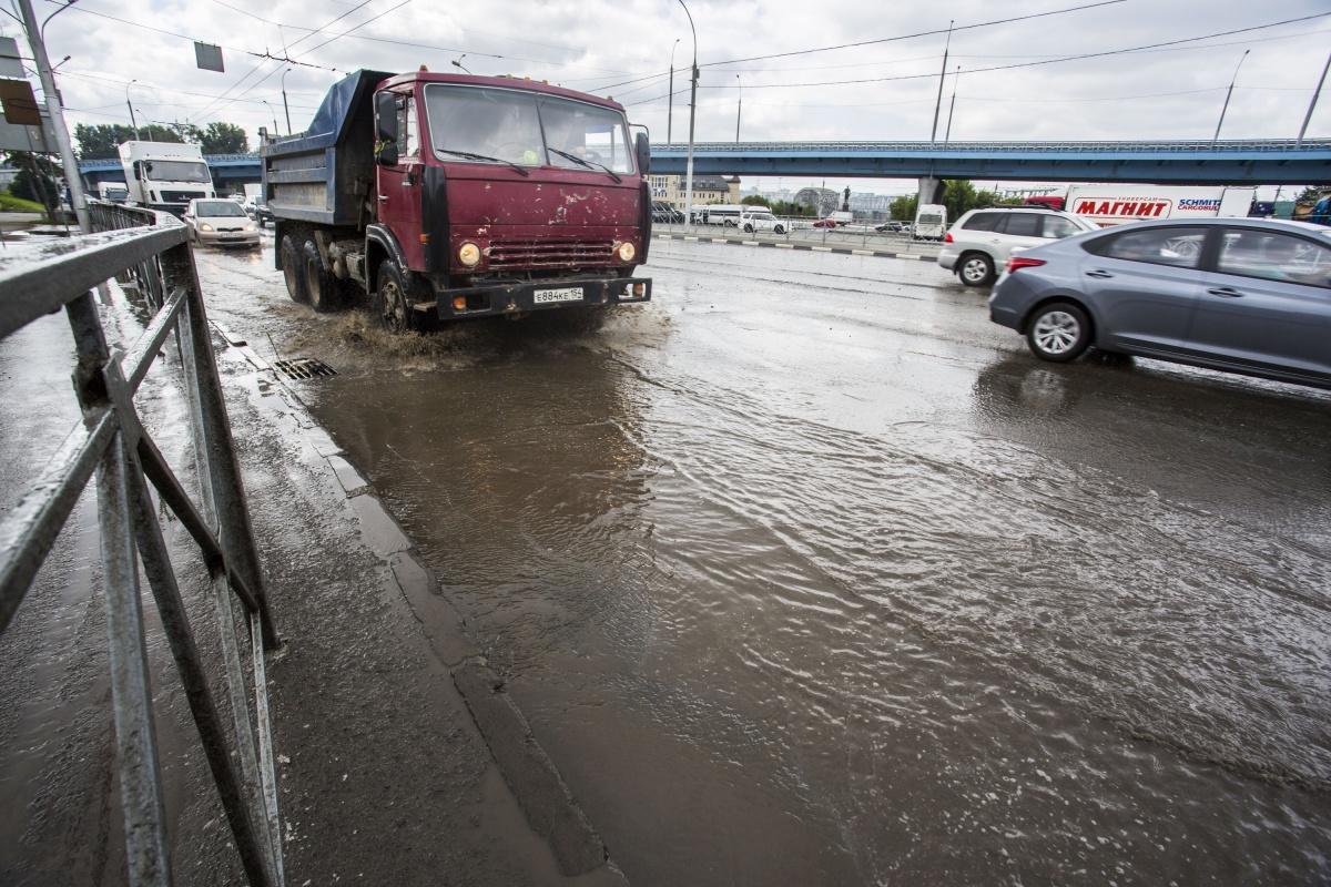 Вода из прорванного трубопровода затопила несколько улиц