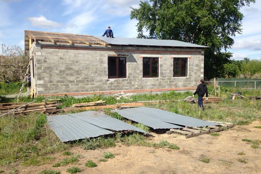 Подрядчики начали демонтировать дом  по решению суда