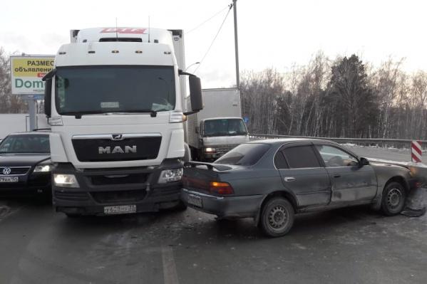Столкнувшиеся автомобили перегородили две полосы для движения