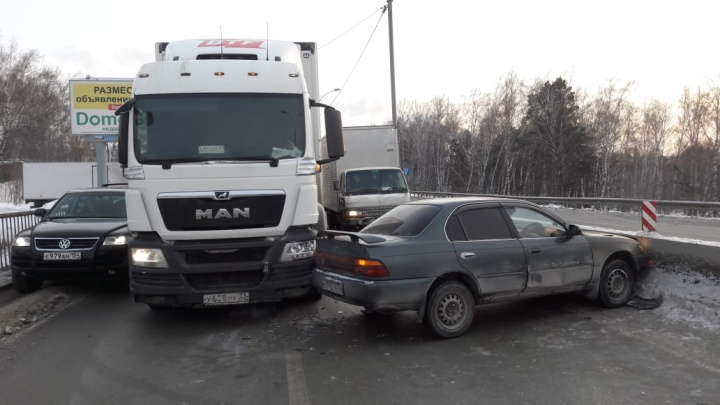 Авария с фурой парализовала движение по Бердскому шоссе