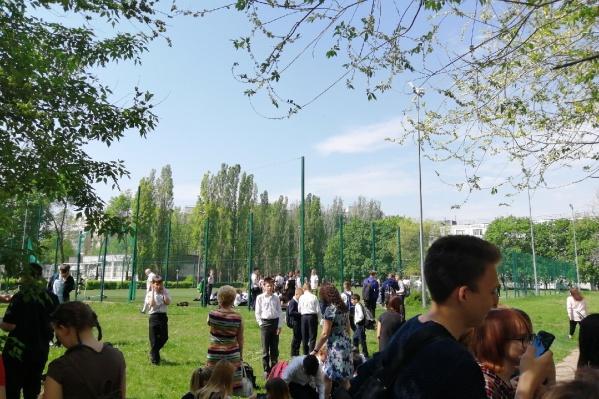 Школьники ждут развязки рядом со спортивной площадкой