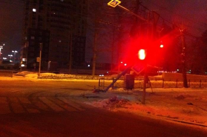 Сбитый знак на перекрёстке Красного проспекта и Северной