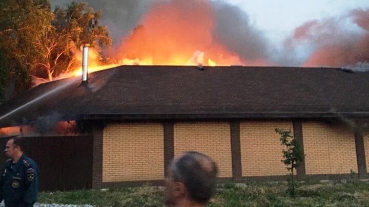 Рядом с новым коттеджем в «Долине нищих» сгорели гараж и баня
