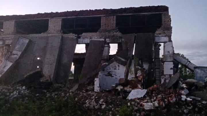 В Плесецком районе на двух школьников обрушилась кирпичная стена: один из них погиб