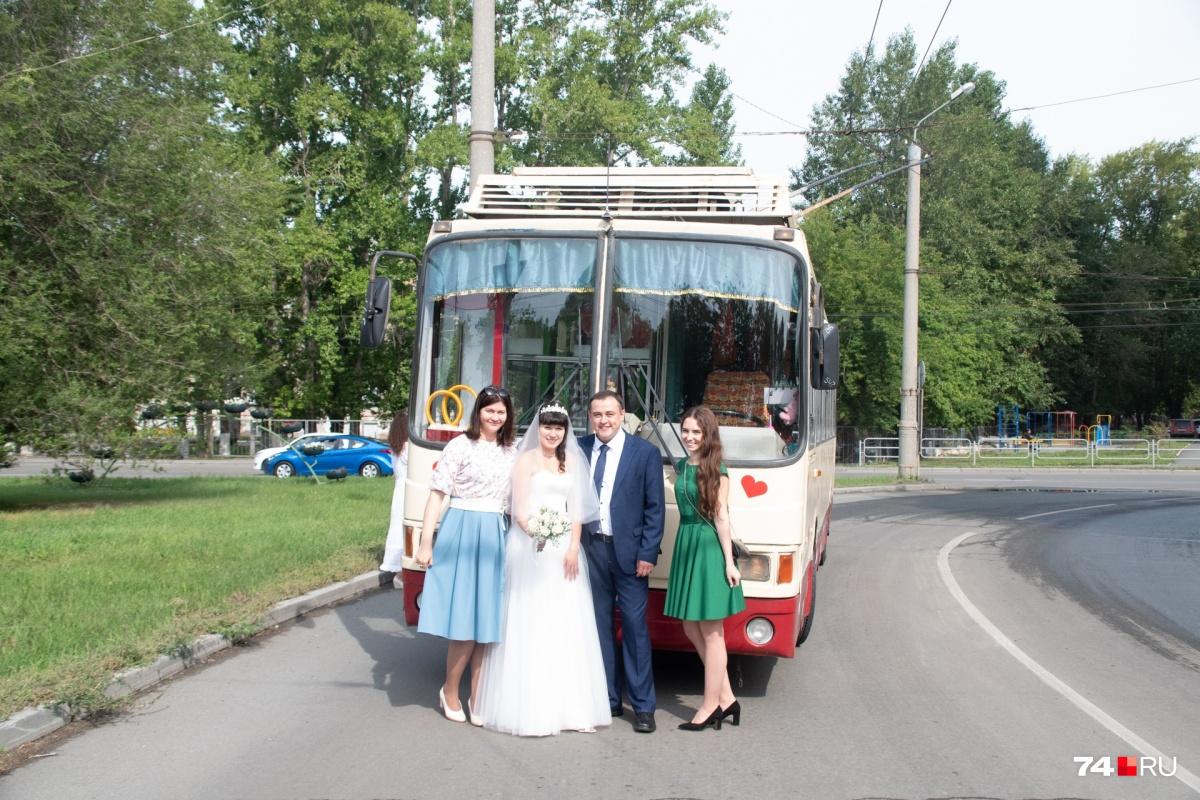Годовщину Ян тоже подумывает отметить в троллейбусе, но Елена на это ещё не согласилась