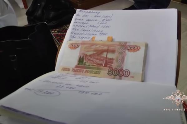 Тем временем дома у генерального директора было найдено 17 миллионов в рублях и валюте