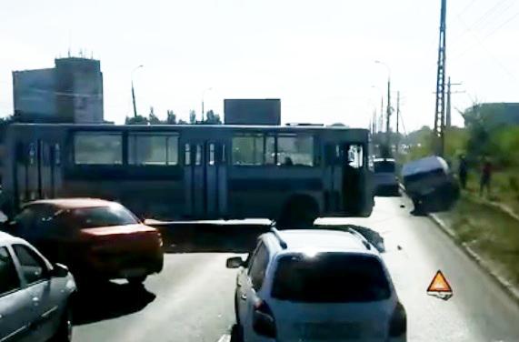 Встал поперек: в Тольятти столкнулисьавтобус и легковушка