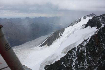 Их успели спасти: вертолёт МЧС снял альпинистов с горы на Алтае (видео)