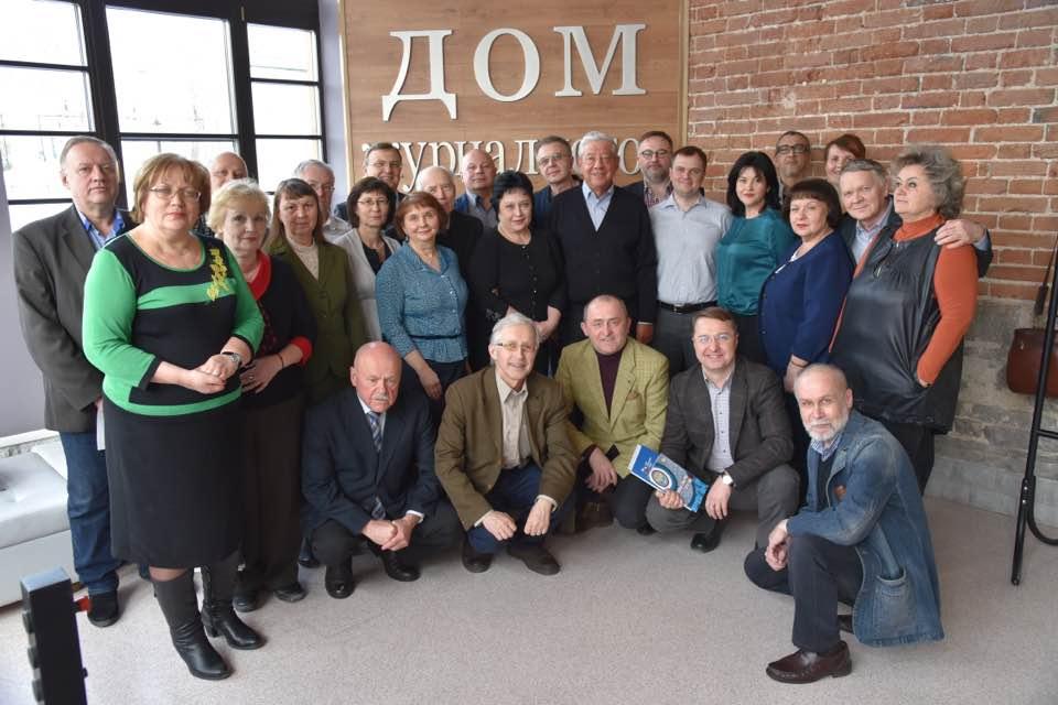 Дмитрий Полянин — второй справа внизу, на заседании правления Свердловского творческого союза журналистов