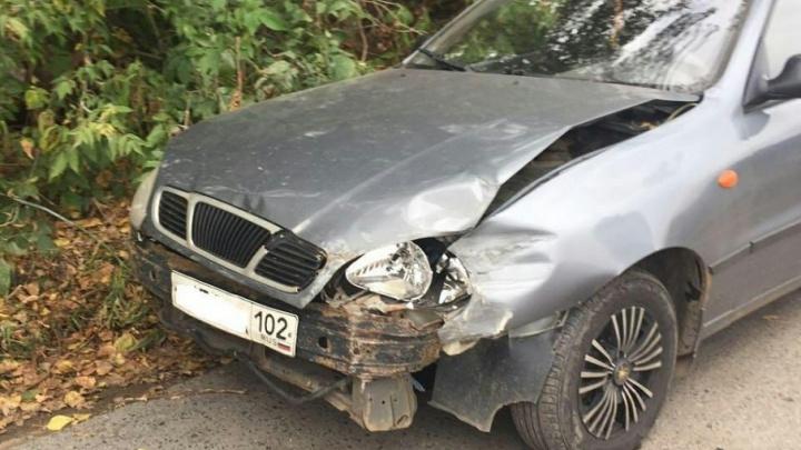 В Уфе водители столкнувшихся лоб в лоб автомобилей попали в больницу