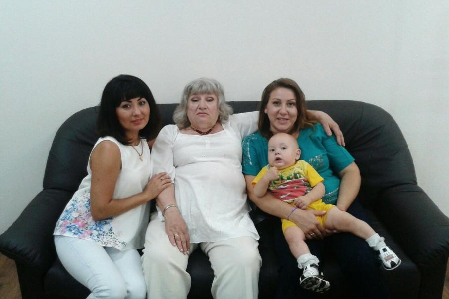 Слева направо: Катя, Зоя, Люция с младшим сыном