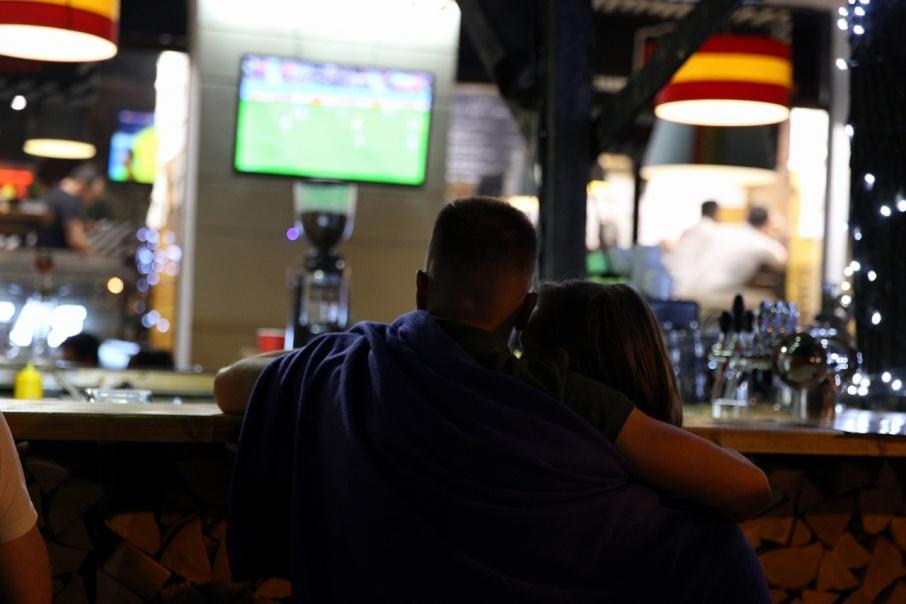 В барах и кафе для болельщиков приготовили футбольные акции