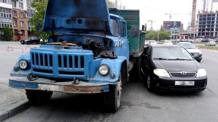 Toyota врезалась в припаркованный сломанный ЗИЛ на Ипподромской
