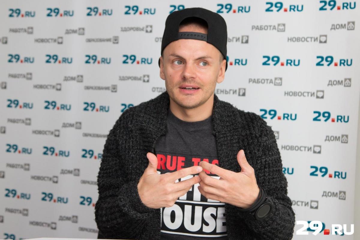 Михаилу Грибанову 34 года, он известен как шоумен, пародист и актер-травести